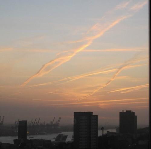 Der Tag klingt aus - Hamburger Hafenelbe schräg von oben ganz nach Westen - nach Sonnenuntergang.