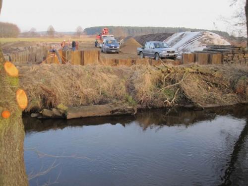Die Pipeline wird unter der Seeve durchgedrückt. Am anderen Ufer ist die abgespundete Arbeitsstätte weitgehend vorbereitet.
