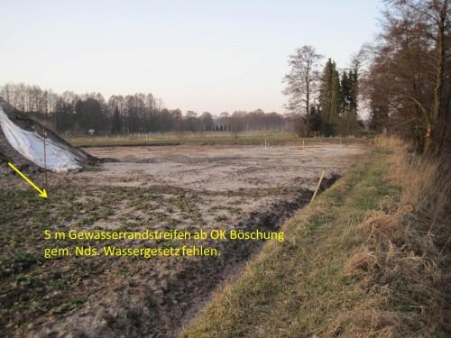 Nebenergebnis der Begehung: der gesetzlich vor Grünlandumbruch geschützte, 5 m breite Gewässerrandstreifen ist nicht vorhanden. Das ist zu korrigieren.