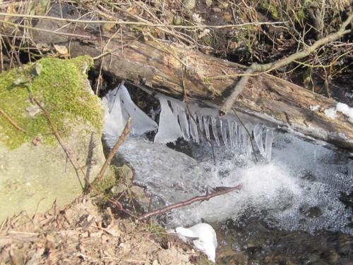 Ende März - und Eiswinter, Rekord! Am Rohrabsturz lange Eiszapfen.