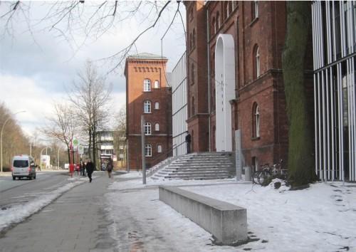 Noch ein völlig neues Erlebnis - Hamburg, 4. April 2013: Eis und Schneereste an der Nordseite des Hauptgebäudes.