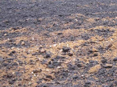 Der hochgepflügte Moränenboden zeigt von Grobkies bis Geröll, was in solcher Landschaft den Gewässergrund ausmacht - hier fließen Kiesbäche.