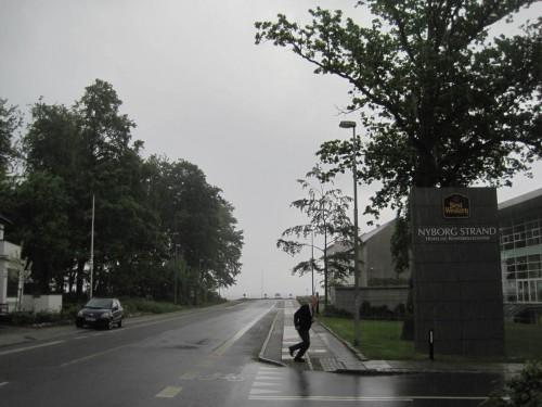 Und so kommt, was kommen muss - kurz vor dem Hotel prasselt ein Gewitterschauer herunter. Zum Glück habe ich, im Gegensatz zu dem Sprintenden, meinen Schirm dabei.