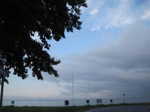 Das Abendwetter zeigt sich gnädig - Ruhe nach dem Sturm - im Hintergrund die Storebeltbrücke. - Da ist ein kleiner Spaziergang in den Ort ein Vergnügen.