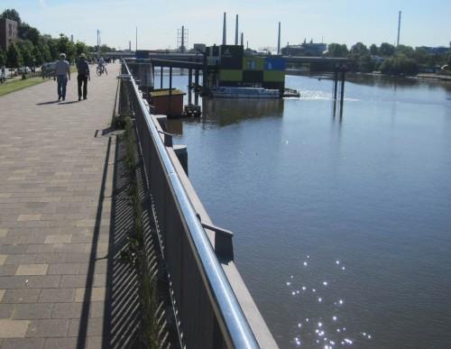 Komischer Anblick, das! Das IBA-Dock, Info-Station Nr. 1, mit Industrieschornsteinen?