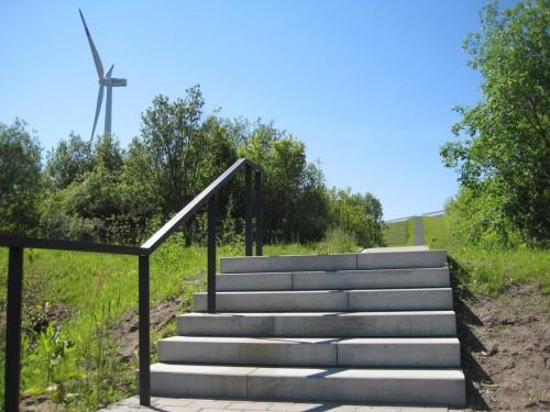 Angekommen - wir wollen hoch hinaus, dorthin, wo das Windrad (es ist nicht allein) steht.