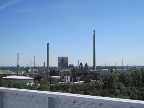 """Boaahh, ey! Bei strammem Ostwind stehen wir mitten (""""auf Augenhöhe"""", wie die Politiker heutzutage sagen) in der Abgasfahne Hamburger Großindustrie."""