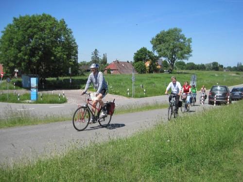 Die anderen haben den urbanen Weg durch Kirchdorf gewählt. Jetzt gucken wir uns an, was da gebaut wird.