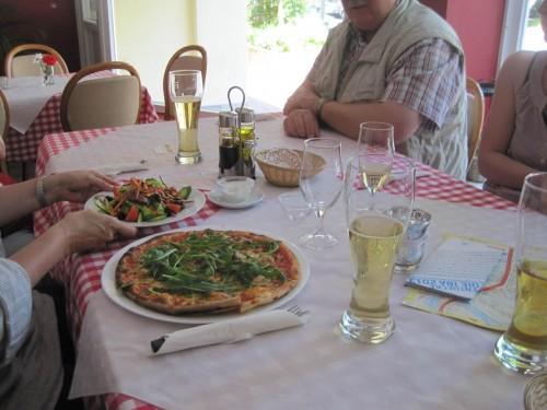 Erstes Essen trifft ein. Rückwirkend betrachtet: Dank an die Finder des Restaurants, das war ein ausgezeichnetes Suchergebnis!