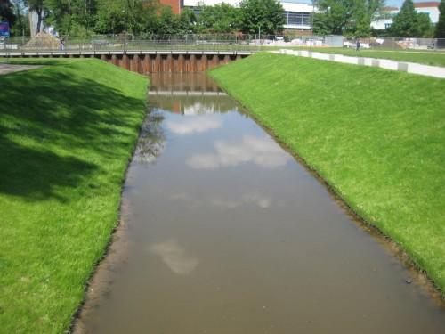 Auf dem Rückweg zum S-Bahnhof Wilhelmsburg radele unter anderem an jüngst erstellten Gewässern vorbei. - Man glaubt es nicht, was auch in Zeiten der Wasserrahmenrichtlinie noch angerichtet wird. - Aber das Institut für Hydrobiologie und Fischereiwissenschaft der Universität Hamburg ist sicher nicht ohne Grund ausgetrocknet worden.
