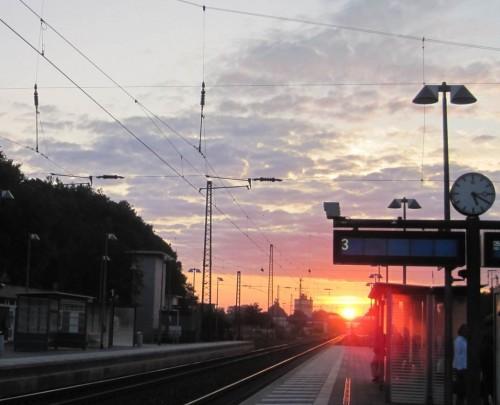 Gleich kommt unser Zug Richtung Hamburg - auf Gleis 4.
