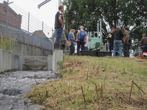 Über 20 Interessierte trafen sich: Anlieger, Kleingärtner und Angler, Vertreter von Umweltverbänden, Planungsbüros, Verwaltung und Politik sowie generell Interessierte.