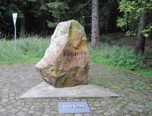 Der Dreiflussstein im Teutoburger Wald - hier in der Rhein-Perspektive.