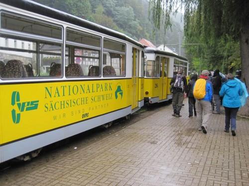 Bachauf mit der Kirnitzschtalbahn - die abwechslungsreiche Rückwanderung zur Unterkunft steht an.