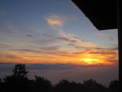 Das Elbsandsteingebirge liegt in dickem Nebel - aber darüber ... - der Sonnenaufgang!