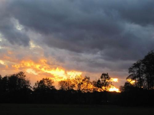 Orkan-Abend, dramatischer Sonnenuntergang über Bendestorf.