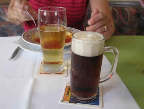 Darauf trinke ich erstmal ein Dunkel - das Wasser hier im Teutoburger Wald ist ja trefflich fürs Bierbrauen geeignet. - Wollte man alle lokal, regional und überregional bekannten hiesigen Biersorten probieren, müsste der Urlaub erheblich verlängert werden.