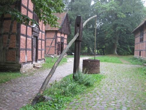 Einen Hof kann man nur da anlegen, wo auch Trink- und Tränkwasser ist. Hebebrunnen mitten in der Hofstätte.
