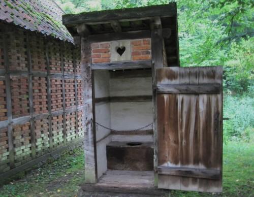 Das gute alte Plumpsklo - verschwendet kein Spülwasser wie spätere Entwicklungen. Hier musste man aber aufpassen, dass der Brunnen nicht durchs Plumpsklo und/oder den Misthaufen verunreinigt wird.