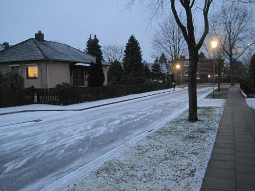 Schon ab Vorabend waren ohne Räumnot Hausmeisterfirmen mit Salzstreuwagen unterwegs - haben auf dem Fußweg nichts verloren.