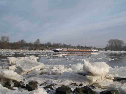 Süderelbe mit Eis und Binnenschiff, Blick nordostwärts.