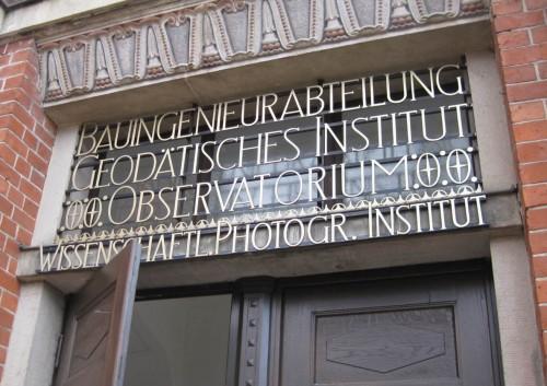Eingang Beyer-Bau, hier studieren z.B. BauIngenieure.