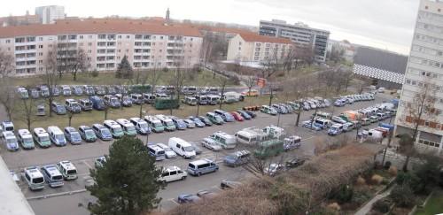 Am Morgen darauf zeigt der Blick aus dem Fenster, dass die Veranstaltung wohl eine Polizeifahrzeug-Gebrauchtwagenmesse ist? In der Tat, der Parkplatz wird vollständig benötigt.