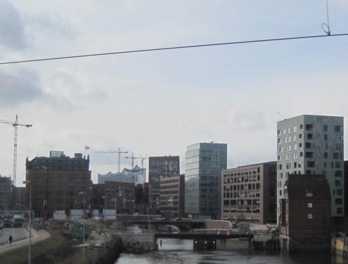 """Und weiter geht`s im Metronom - vorbei an den """"hingekotzten Würfeln"""", wie manch einer Teile der Hafencity nennt, im Hintergrund die Elbphilharmony, unser Steuergeldvernichter."""