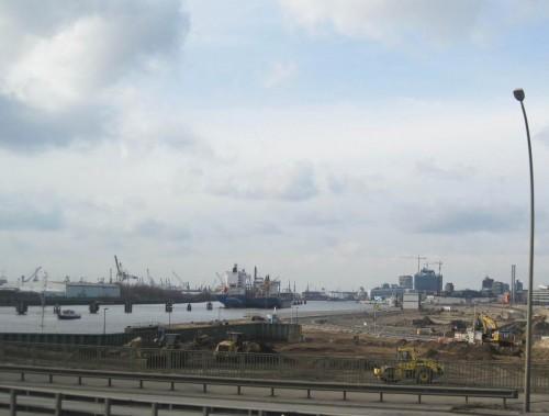Die Norderelbe mit östlicher Hafencity-Baustellenfläche. Noch 30 Minuten Fahrt und die Dresdenreise ist zu Ende.