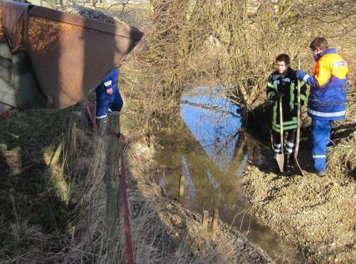 Frontlader-Kiesmengen können am kleinen Bach schnell zu Einstau führen - das ist nicht unser Ziel, basteln die erwünschte Rausche.