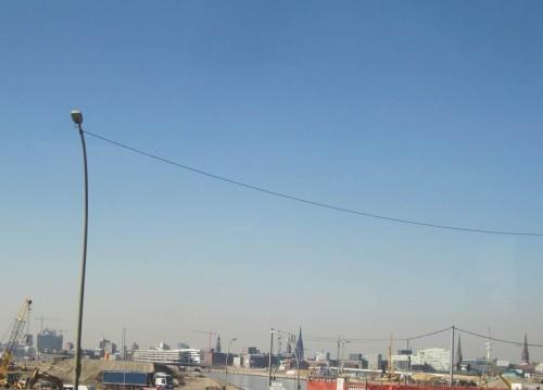 Über die Norderelbbrücken, Hamburgs neue Kirchturm-Skyline im Hintergrund.