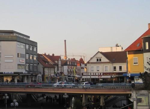Zügig bin ich in der alten Hansestadt im Binnenland angekommen - geprägt unter anderem vom Conti-Schornstein.