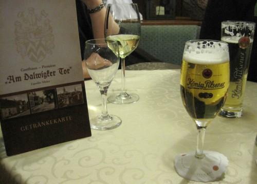 Entspannung am Abend, erquickend und labend! Nach ausgezeichnetem Essen ein kleines Schmankerl: es gibt sie noch (wieder ?), die 0,2 l Gläser - süüüß!