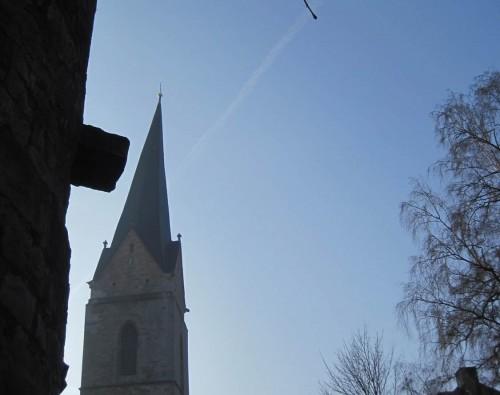 Bevor ich rechts abbiege, werfe ich einen Blick nach links - ist der schief, Mann! - der Turm der Nikolaikirche hinter einem Teil der historischen Stadtmauer.