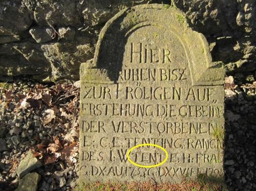 """Sieh da - auf die """"Frölige Auferstehung"""" warten zwischen den Stadtmauern zwar nicht mehr die Gebeine, aber noch die Grabsteine alter Vertreter aus der Familie Tent - 18. Jahrhundert."""