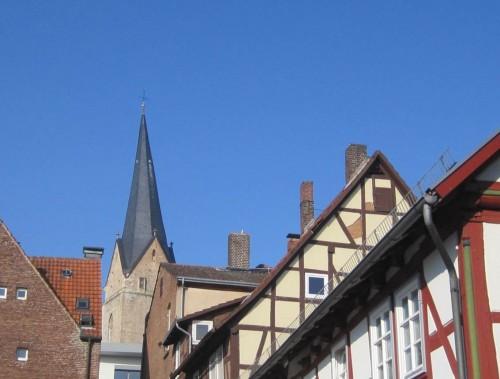 """Von """"Hinter dem Kloster"""" bzw. von der """"Bunsenstraße"""" aus sieht St. Nikolai nicht gar so schlimm schief aus."""