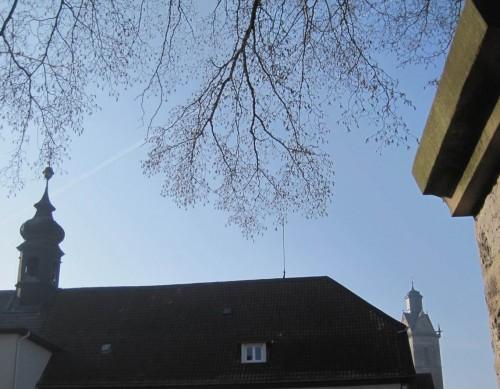 """Auf dem Schulhof der alten Alten Landesschule, dem ehemaligen Gymnasium """"ALS"""" - rechts ein Rest des Möchehofs, im Hintergrund St. Kilian. Die neue ALS steht sehr viel größer fast draussen vor der Stadt."""