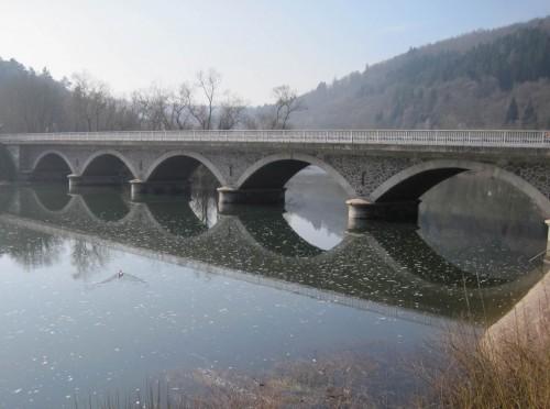 Blick zurück auf die alte Ederbrücke. Hier habe ich nach Freifallen des Flussbetts manchen Hecht, manchen Barsch, gelegentlich eine Forelle und eine Vielzahl Weissfische gefangen und dem heimischen Mittagstisch präsentiert.