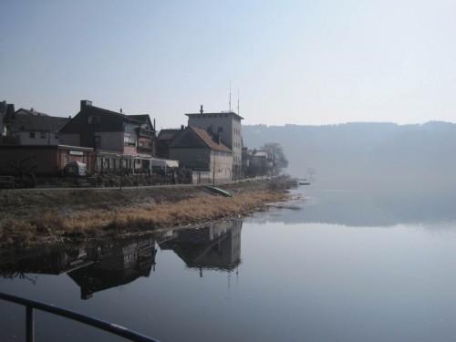 Gleich erreiche ich die Ittermündung. Gegenüber fließt aus der Herzhäuser Mühle, heute Wasserkraftanlage, eine Teilmenge Itter in den Edersee.