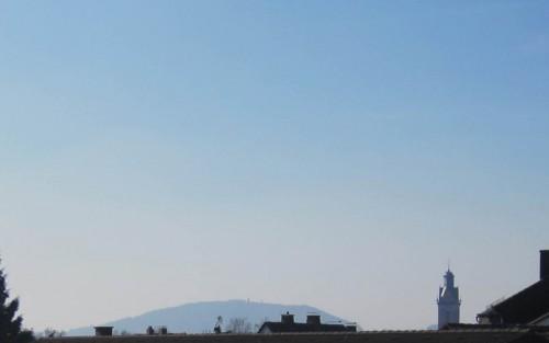 Schicker Blick aus den Wohnungen über Korbachs Dächer - auf den Eisenberg mit Georg-Viktor-Turm, rechts wieder St. Kilian.