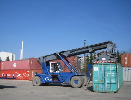 Nicht weit vom Bahnhof: Hamburg in Sicht! Container bekannter Farben.