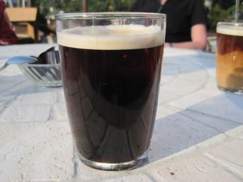 Kleine Entspannung danach - nein, das ist kein Guinness, sahneloser Kaffee.