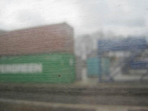 Jetzt interessiert mich das Wetter nicht mehr. Trocken und warm sitze ich im Zug, rausche an den Containern vorbei, die ich bald im Hamburger Hafen wiedersehen werde.