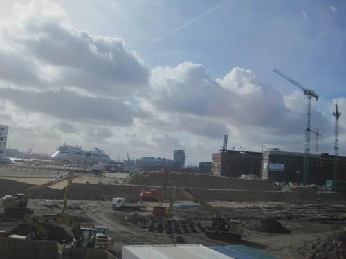 Gemütliche Reststrecke im Metronom - Kurvenlage südlich HH Hbf mit Hafencitybaustelle und Kreuzfahrer (die sauberen Schiffe, die mit Schweröl die Luft verpesten).
