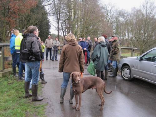 Nachmittag, 16 Uhr: Bis gerade eben war es wechselnd nass. Interessierte hat das nicht beeindruckt - eine große Gruppe wartet am Treffpunkt.