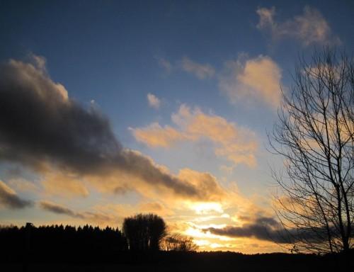 Zur Entschädigung für all das Gewässerelend bekommen wir mit dem wegziehenden Tief noch einen ordentlichen Sonnenuntergang beschert.