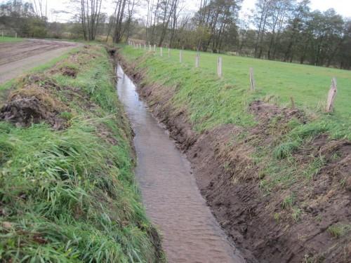 Was im oberen Gewässereinzugsgebiet geschieht, setzt sich fort. Harte Gewässerunterhaltung in übernutzter Umgebung - Fachlichkeit und Recht greifen in der Praxis nicht.