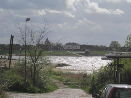 Und schon bricht die Sonne ein wenig durch - silberne Elbe.