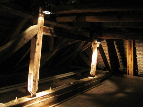 Die Erläuterung früherer Baukunst, z.B. am Beispiel des Dachstuhls, ist ausgesprochen interessant. Also: auf, ganz nach oben unters Dach!