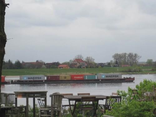 Alte Bekannte schieben vorbei - die roten und grünen, in Korbach gesehenen (!?) Container werden Richtung Hamburger Hafen transportiert.